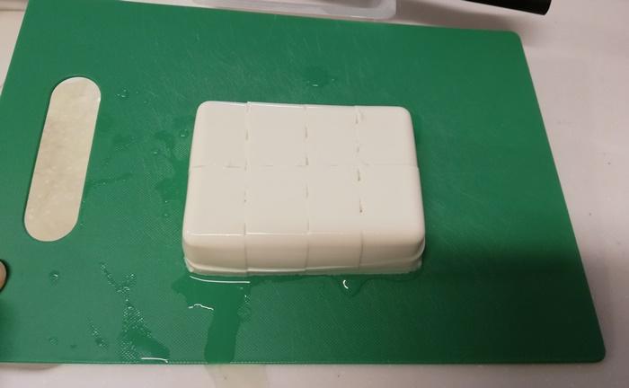 お豆腐で作るミートソースグラタン④作り方①<豆腐を食べやすい大きさに切る>