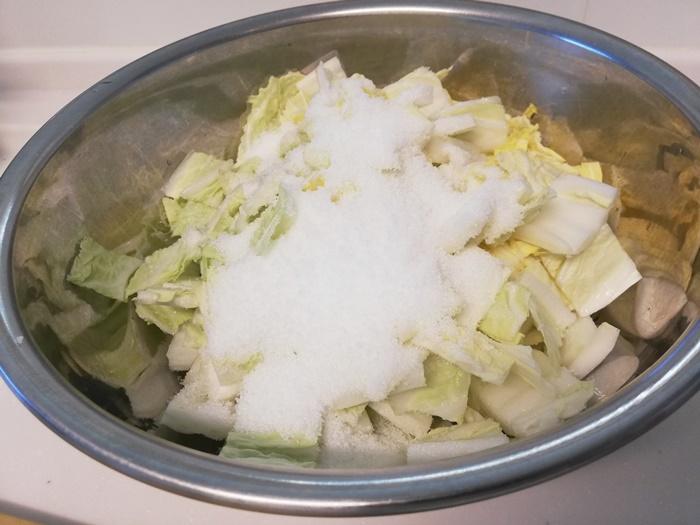 白菜を切って、塩でもむ