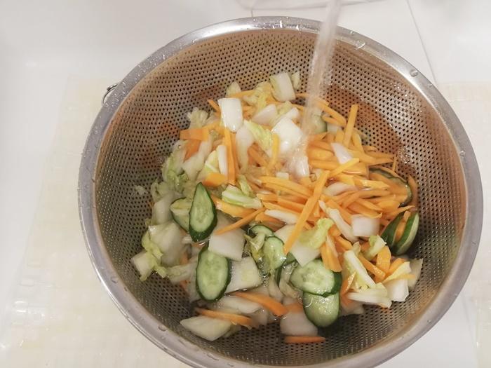 手順③白菜の水分を切り、他の野菜とともに水洗いをする